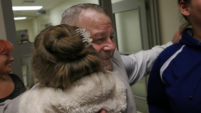 Un hombre sale en libertad después de pasar 15 años en prisión por un asesinato que no cometió gracias a un nuevo análisis de ADN