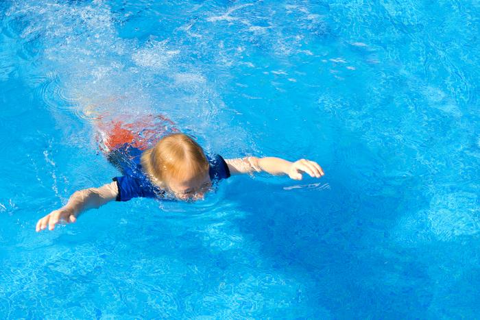 Dreijähriges Kind nach drei Minuten unter Wasser von Mädchen gerettet