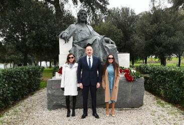 الرئيس إلهام علييف يزور تمثال الشاعر الأذربيجاني الكبير نظامي كنجوي في روما