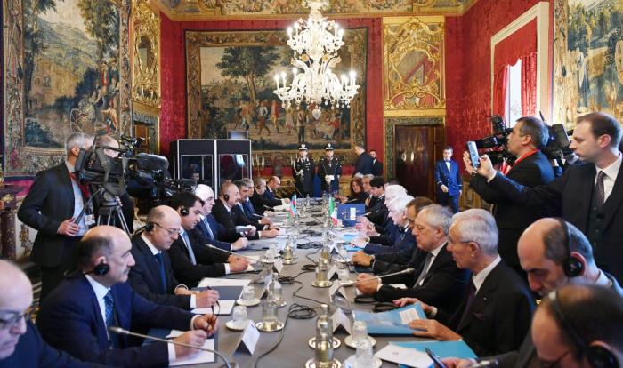 Präsidenten von Aserbaidschan und Italien halten erweitertes Treffen ab