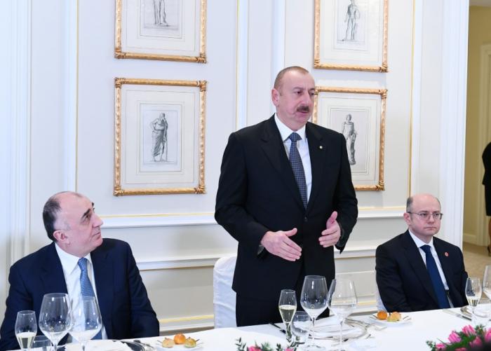 Prezident şirkət rəhbərləri ilə birgə işçi naharda - FOTOLAR (YENİLƏNİB)