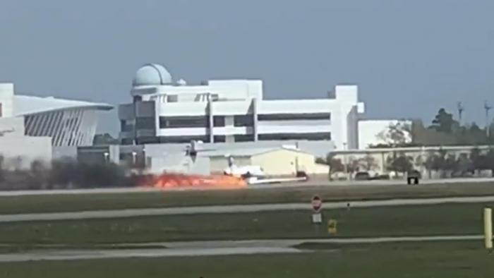 Un jet privado aterriza de emergencia envuelto en llamas en EEUU