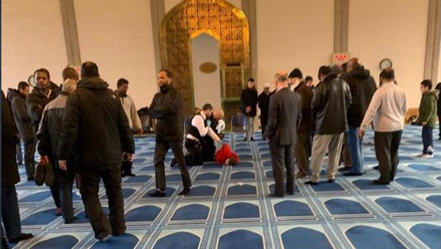 Un hombre apuñala al muecín de la Mezquita Central de Londres en plena oración de la tarde