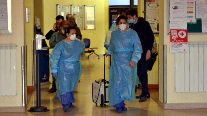 Un muerto por el coronavirus en Italia, donde casi 50.000 personas de 10 pueblos permanecen aisladas