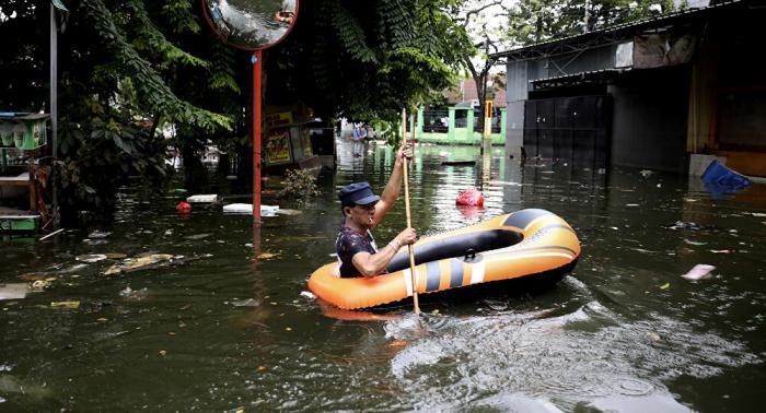 Indonesiens Hauptstadt aufgrund starker Regenfälle überflutet –   Fotos