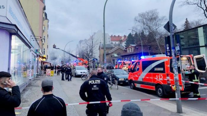 32 Menschen aus brennendem Haus in Berlin-Neukölln gerettet