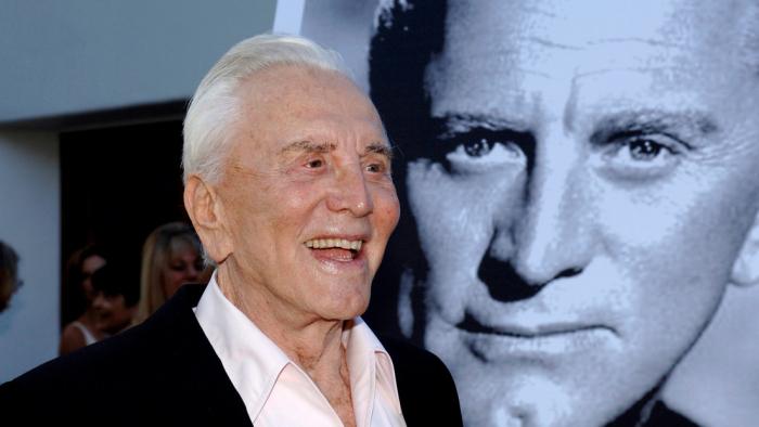 El fallecido actor Kirk Douglas destina su gran fortuna a la caridad sin dejar nada a su hijo Michael