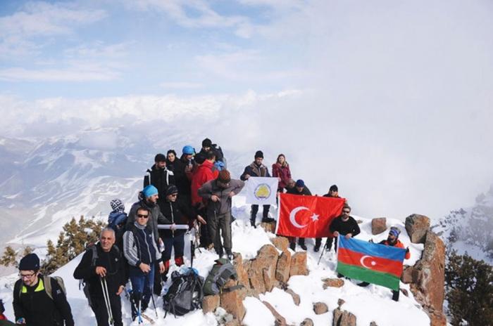 Un grupo de alpinistas turcos rindieron homenaje a las víctimas del genocidio de Joyalí