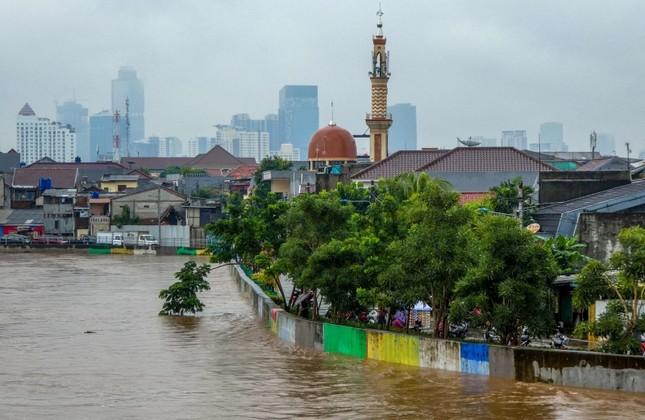 Heavy floods cripple Indonesia