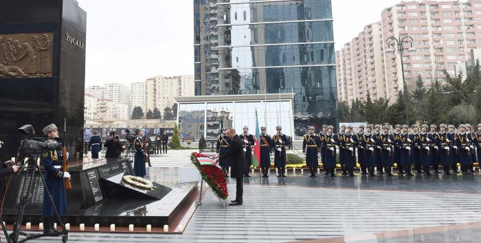 Presidente Ilham Aliyev visita el monumento a las víctimas de la tragedia de Joyalí
