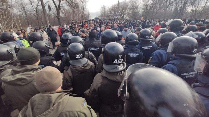 Ukraynada Çindən gələnləri daşa basdılar, qarşıdurma yarandı - VİDEO