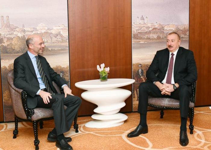 Ilham Aliyev se reúne con el presidente y director ejecutivo de International Crisis Group en Munich