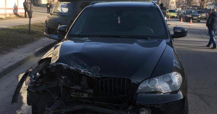 """Mühafizəçi """"BMW""""ni qaçırıb qəza törətdi"""