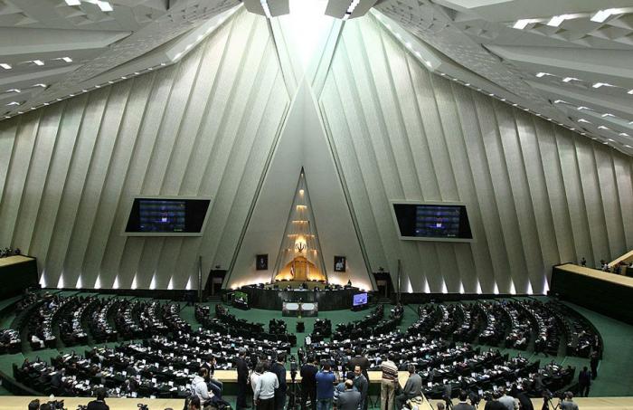 İran parlamenti fәaliyyәtini dayandırıb