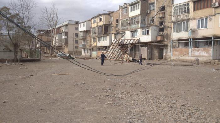 Güclü külək Gəncədə binanın damını uçurdu - FOTO