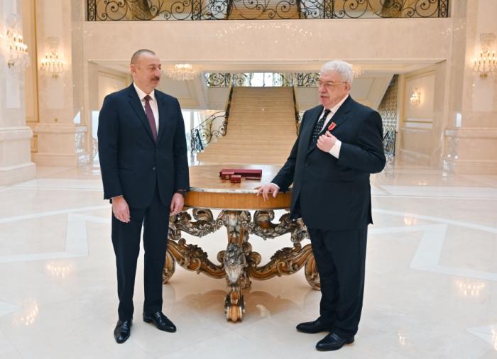 """الرئيس الهام علييف يقدم لميخائيل غوسمان وسام """"الشرف"""" -   صور"""