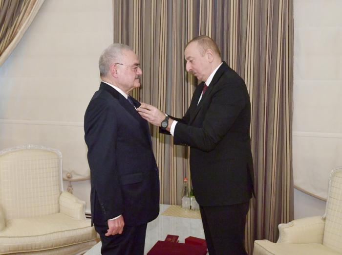 """Ilham Aliyev presentó al ex premier la Orden """"Por el Servicio a la Patria"""" de 1er grado"""