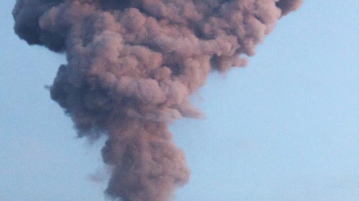 Indonésie : le volcan Merapi crache un large panache de fumée