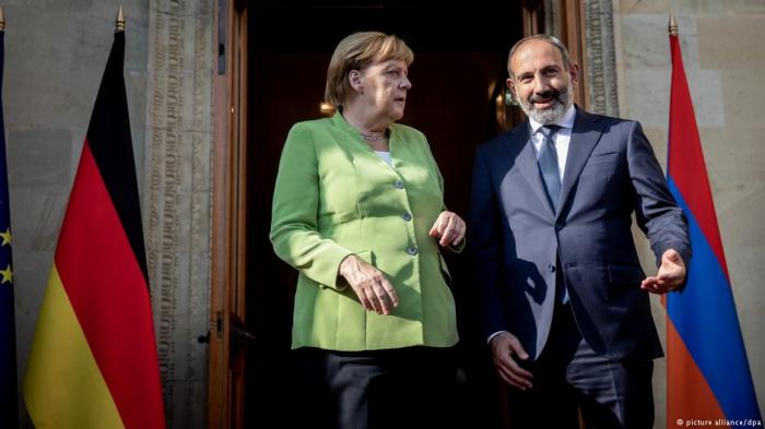 Merkel Paşinyana ciddi xəbərdarlıq edib