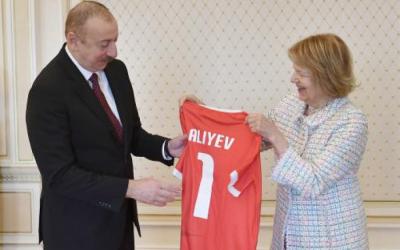 قميص الفريق الوطنيالويلزي يتم تقديم لإلهام علييف-  صورة