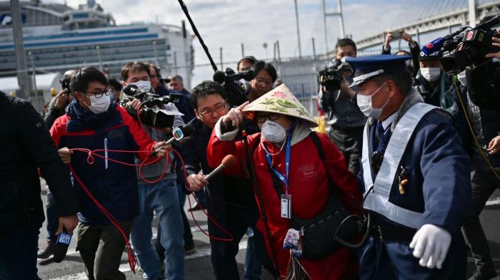 Coronavirus: Passengers and crew leave Diamond Princess as quarantine ends