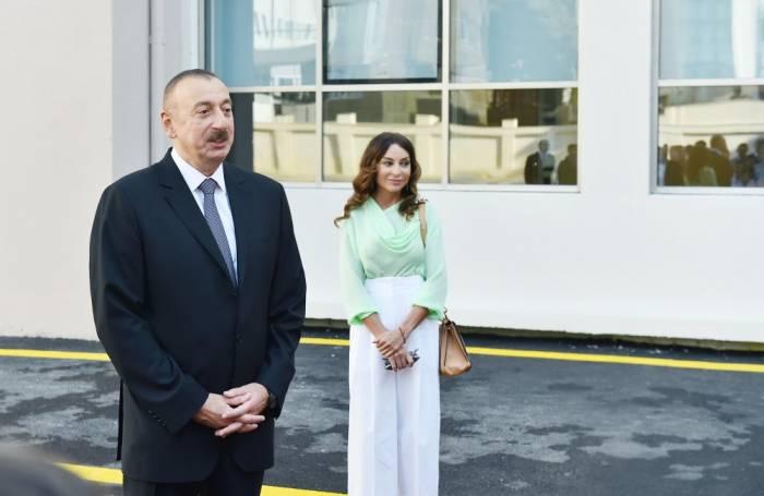 Präsident und First Lady bei der Eröffnung des Wohnkomplexes Hovsan - FOTOS