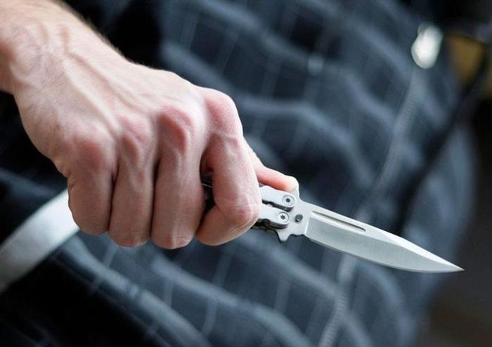 Gözətçini bıçaqla hədələyib pulunu aldı