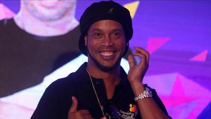 Football:   Ronaldinho placé en garde à vue au Paraguay