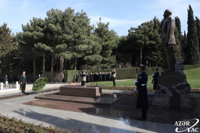 Turkmen President Berdimuhamedov pays respect to national leader Heydar Aliyev