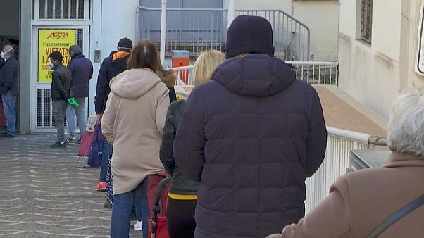 Coronavirus: Italians comply with social distancing rules outside supermarket -   NO COMMENT
