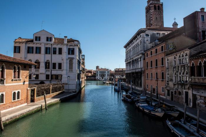 Coronavirus lockdown eases pollution, Venice canal runs clear