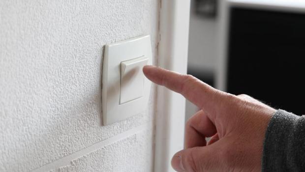 Los requisitos que debes cumplir para que no te corten la luz, el gas ni el agua si no pagas los recibos