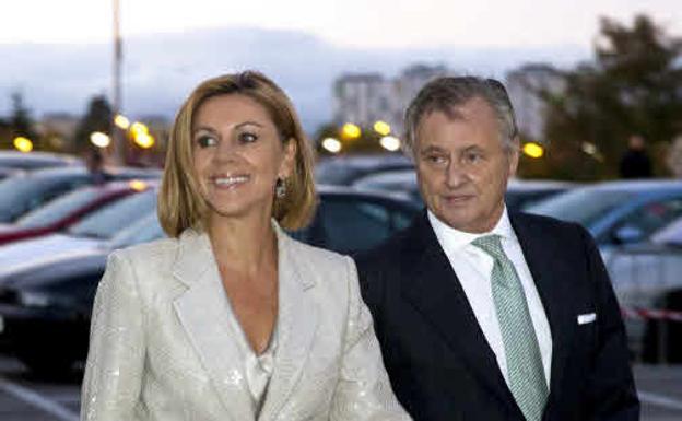 La exministra de Defensa de España María Dolores de Cospedal y su marido, positivos por coronavirus