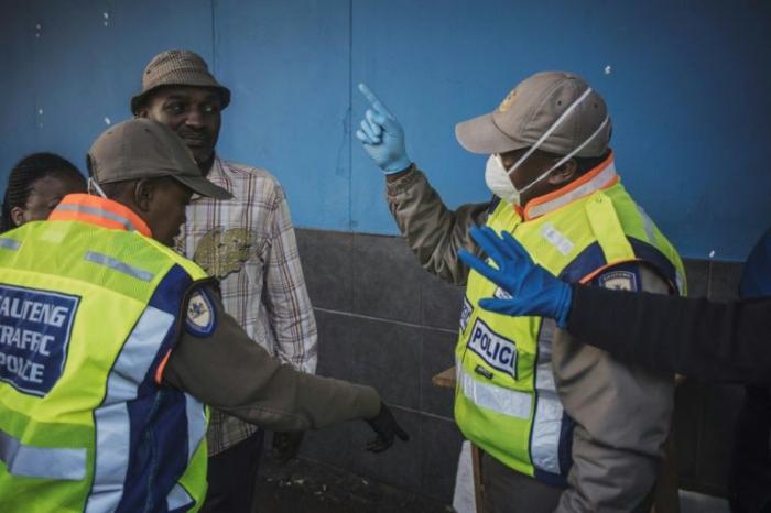 Le coronavirus fait son premier mort en Afrique du Sud, plongée en confinement