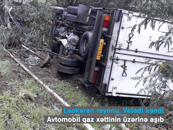 Yük avtomobili qaz xəttinin üzərinə aşdı