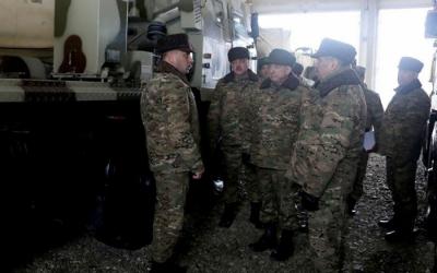 مساعد الرئيس والوزير يفتشان المعدات العسكرية-  صور