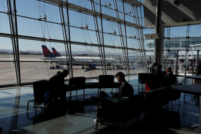 U.S. airlines expand waivers for changing tickets through April
