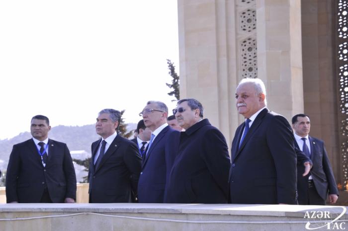 Türkmənistan Prezidenti Şəhidlər xiyabanını ziyarət edib - FOTOLAR