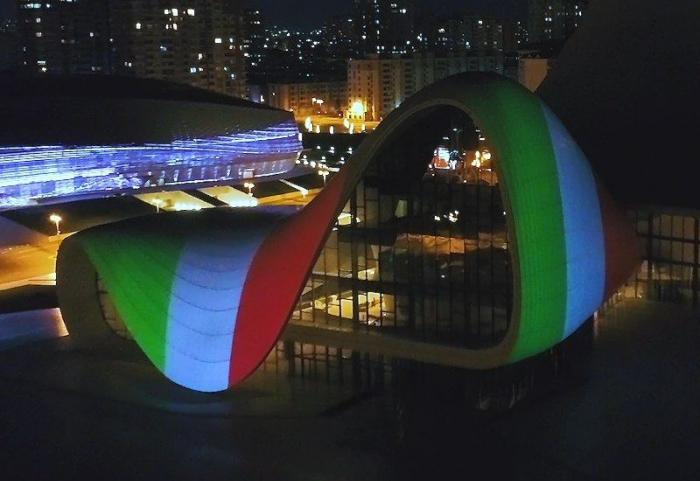 Le drapeau italien projeté sur le bâtiment du Centre Heydar Aliyev