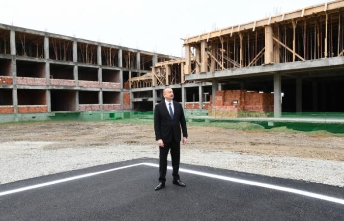 Prezident köçkünlər üçün tikilən binalardakı işlərlə tanış oldu - FOTOLAR (YENİLƏNİB)