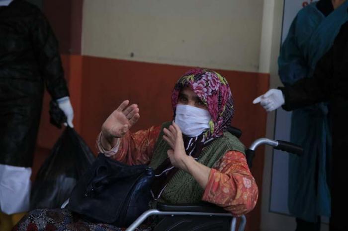 83 yaşlı qadın koronavirusdan sağaldı, iki övladı öldü