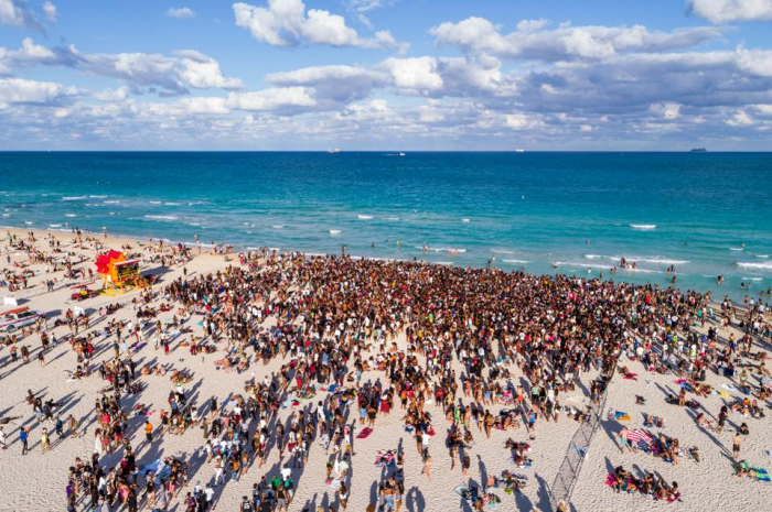 Miami beach closed for visitors amid COVID-19 pandemic restrictions