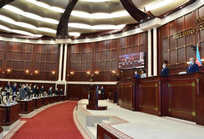 Spiker və deputatlar tibbi maska taxdılar