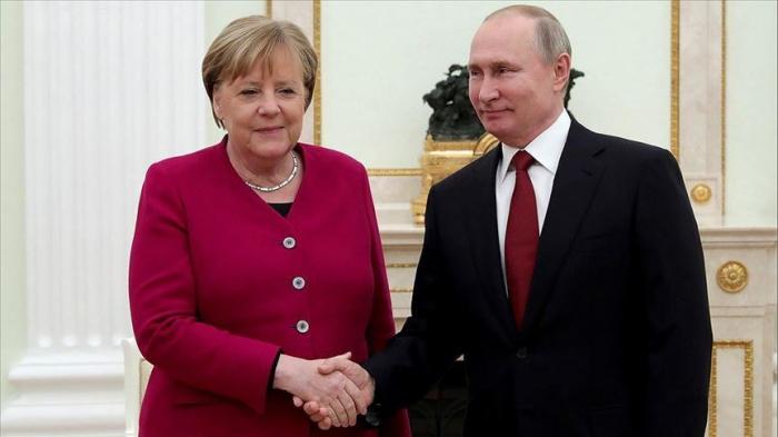 Putin, Merkel exchange congratulations on anniversary of liberation from fascism