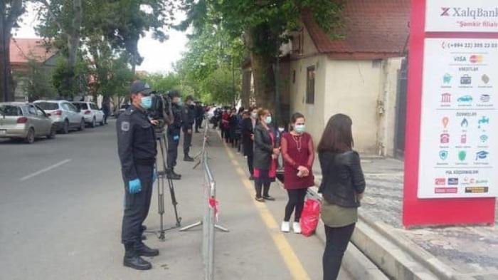 Polis vətəndaşlara tibbi maska payladı