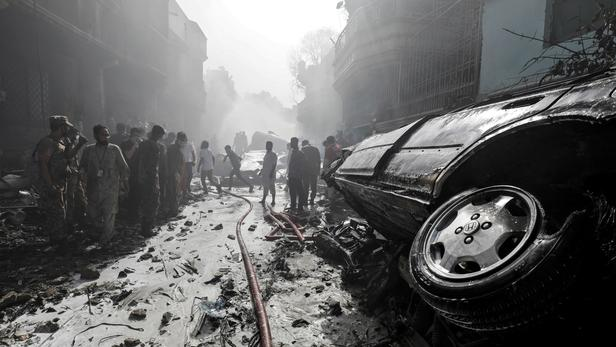 Pakistan: les   images   témoignent de la violence du crash qui a fait près de 100 morts