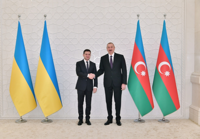 Presidentes de Azerbaiyán y Ucrania hablan por teléfono