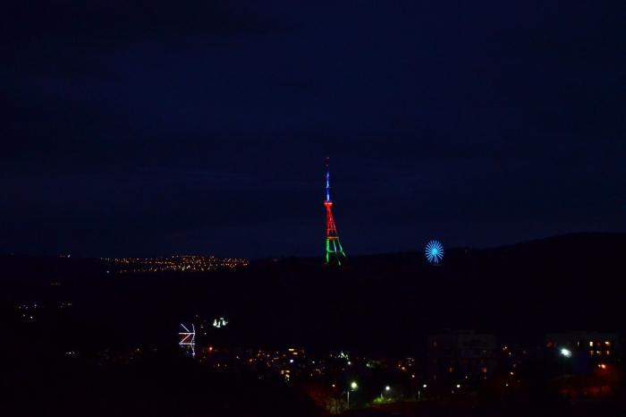 Der Fernsehturm von Tiflis wurde mit den Farben der aserbaidschanischen Flagge beleuchtet