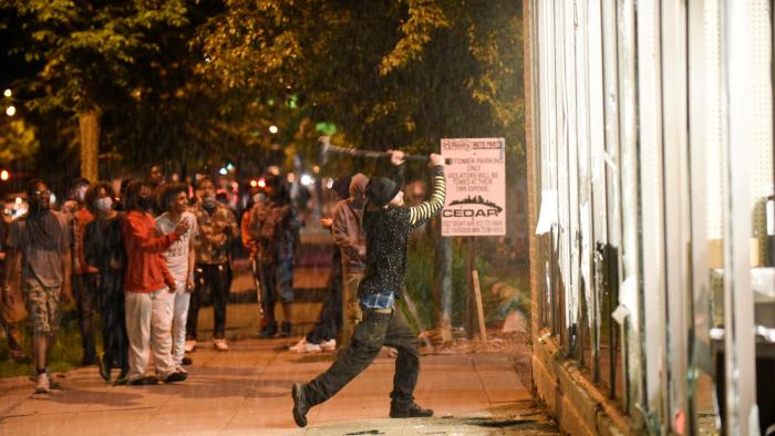 El gobernador de Minesota activa la Guardia Nacional debido a los disturbios por la muerte de George Floyd