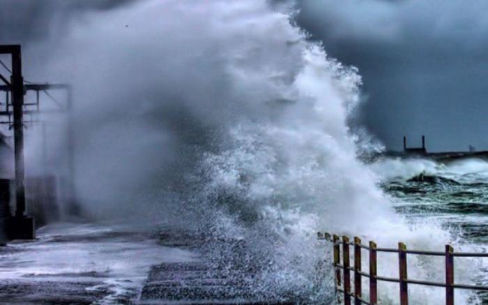 Height of wave in Caspian Sea reaches 4.5 meter